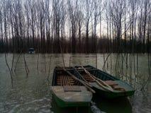 在河精纺毛筛绢的小船 免版税图库摄影