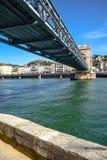 在河罗讷的步行桥在维埃纳,法国 库存图片