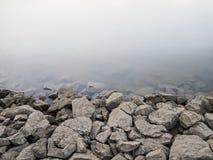 在河背景的岩石水坝 免版税库存图片