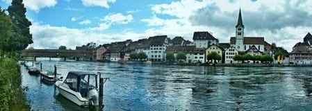 在河莱茵河和镇迪森霍芬的瑞士全景看法 库存照片