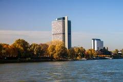 在河莱茵河旁边的大厦在波恩 免版税库存图片
