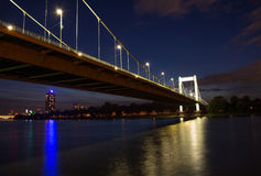 在河莱茵河的桥梁在晚上在科隆,德国 图库摄影
