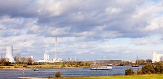 在河莱茵河的驳船在杜伊斯堡德国欧洲 库存照片