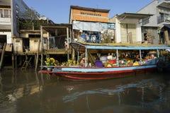 在河表面上的生活 免版税图库摄影