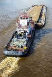 在河装载的驳船 免版税库存照片