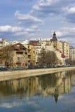 在河视图的布加勒斯特dambovita 免版税库存图片