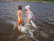 在河跑的孩子 图库摄影