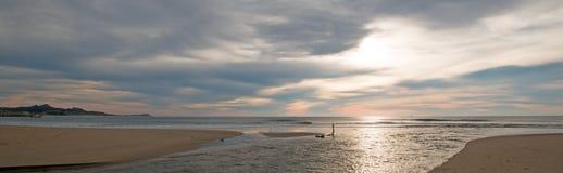 在河跳船出海口入口的日出在圣何塞台尔Cabo在下加利福尼亚州墨西哥 免版税库存图片