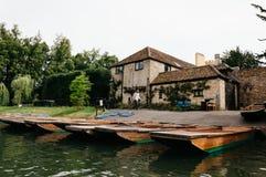 在河踢的小船停泊的 免版税库存图片