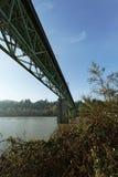 在河车行道水路的桥梁基础设施 免版税图库摄影