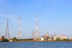 在河边地点用途旁边的热电厂产业的 免版税库存照片