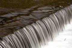 在河边的小测流堰 图库摄影