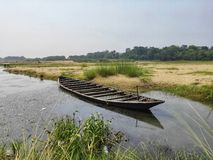 在河边阻止的一条木小船 库存照片