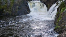 在河通行证的发怒的急流由在双方的峭壁 影视素材
