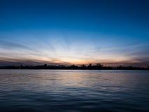 在河道加瓦河的日落在里加, 库存图片