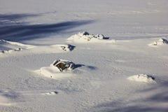 在河部分结冰的小岩石在一个晴朗的冬日- vinta 免版税库存照片