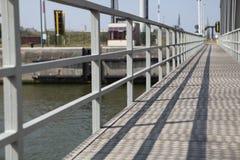 在河钢的桥梁灰色 免版税图库摄影