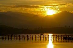 在河间的桥梁有反射性阳光的 库存照片