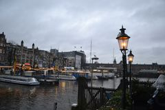 在河阿姆斯特尔河运河的阿姆斯特丹老桥梁 免版税库存照片