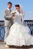 在河附近最近结婚的夫妇 库存照片