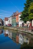 在河附近的一个美丽的老欧洲城市 图库摄影