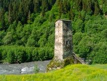 在河附近的塔在Svaneti 免版税库存图片