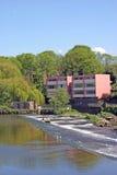 在河附近的大厦水坝 免版税库存图片