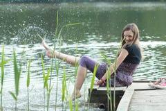 在河附近的女孩 免版税库存图片