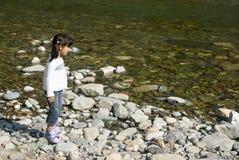 在河附近的女孩 库存照片