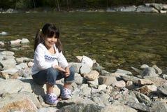 在河附近的女孩 库存图片