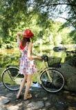 在河附近的女孩 免版税库存照片