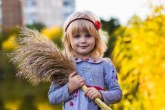 在河附近的快乐的小女孩有芦苇的 免版税库存照片