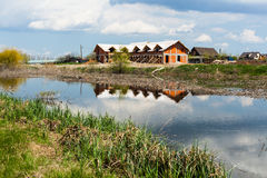 在河附近的房子 库存图片