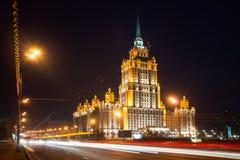 在河附近的有启发性皇家旅馆拉迪森(旅馆乌克兰纳) n的 图库摄影