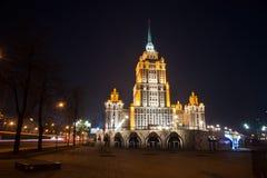 在河附近的有启发性皇家旅馆拉迪森(旅馆乌克兰纳) n的 免版税图库摄影