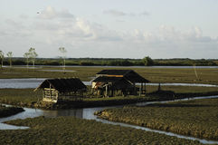 在河附近的木房子 库存照片