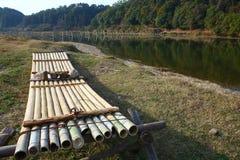 在河附近的木筏 免版税库存照片
