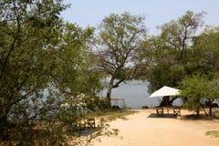 在河附近的渔夫阵营在非洲 免版税图库摄影