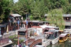 在河附近的繁体中文房子 免版税库存图片