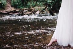 在河附近的美丽的女孩 库存照片