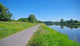 在河附近的自行车道路 库存图片