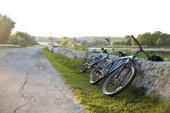 在河附近的自行车 库存图片