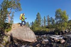 在河附近的远足者 免版税库存照片