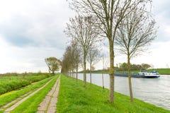 在河附近的道路 库存照片