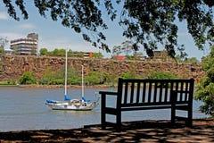 在河附近的长凳 库存图片