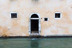 在河附近的门在冬时的阿讷西 免版税图库摄影