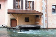 在河附近的门在冬时的阿讷西 库存照片