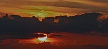 在河附近的难以置信的日落视图 太阳发出光线反射 免版税库存照片