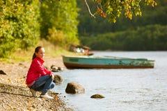 在河附近的青少年女孩 免版税图库摄影