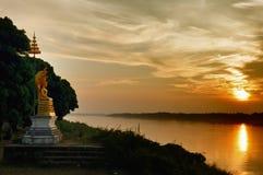 在河雕塑附近的菩萨・湄公河 免版税库存图片